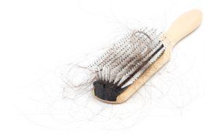 Cheveux sur la brosse à cheveux