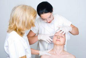 Examen de peau par le médecin